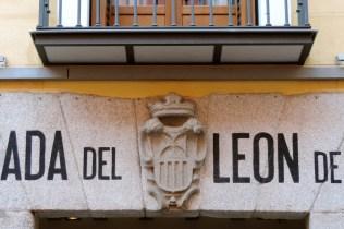 escudo-de-la-fachada-de-la-posada-del-lec3b3n-de-oro