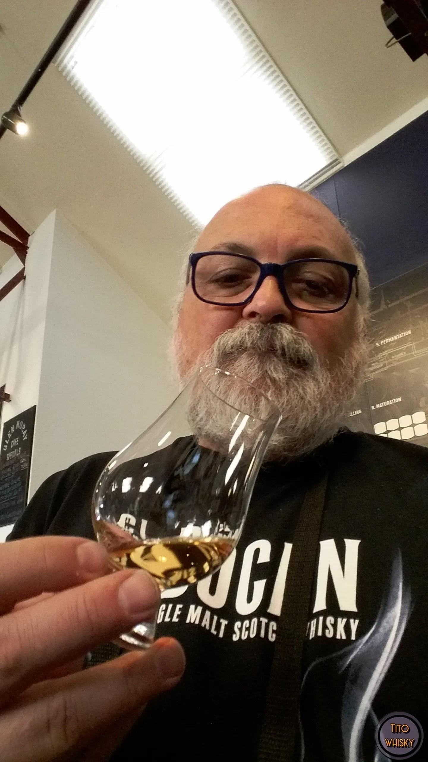 Tito degustando whisky destilería Glen Moray