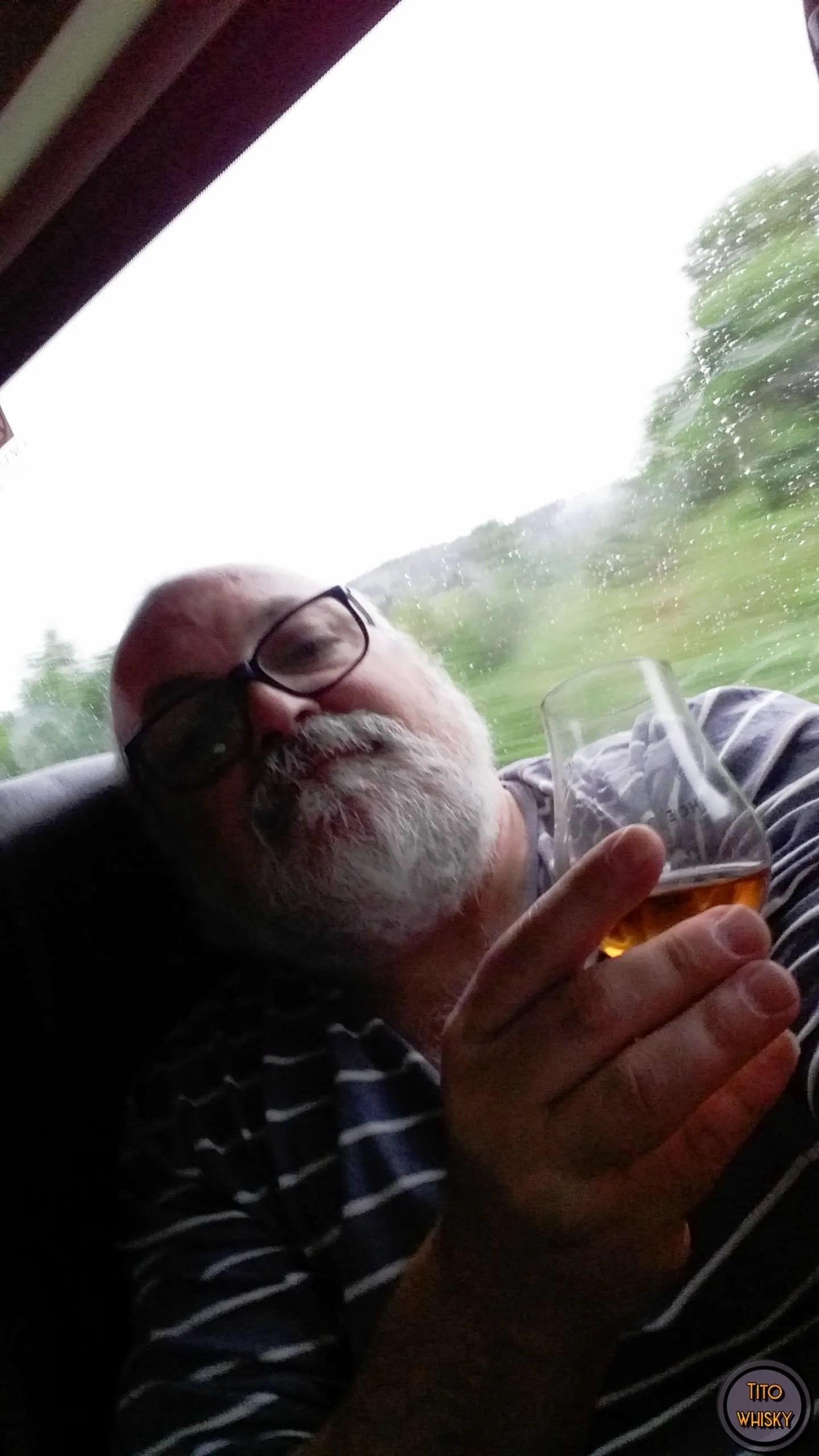 Tito tomando whisky Black bottle