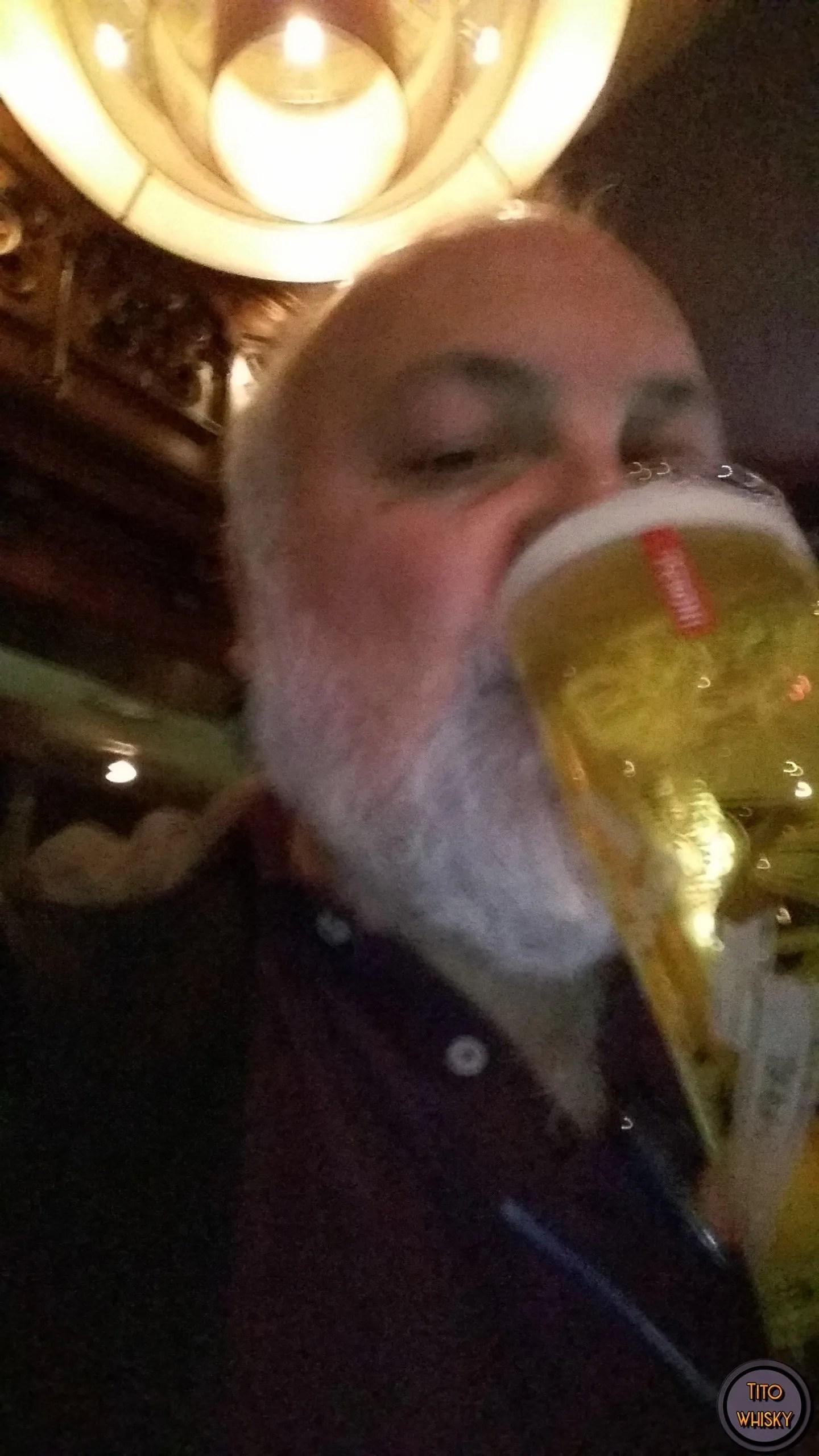 Tito tomando cerveza