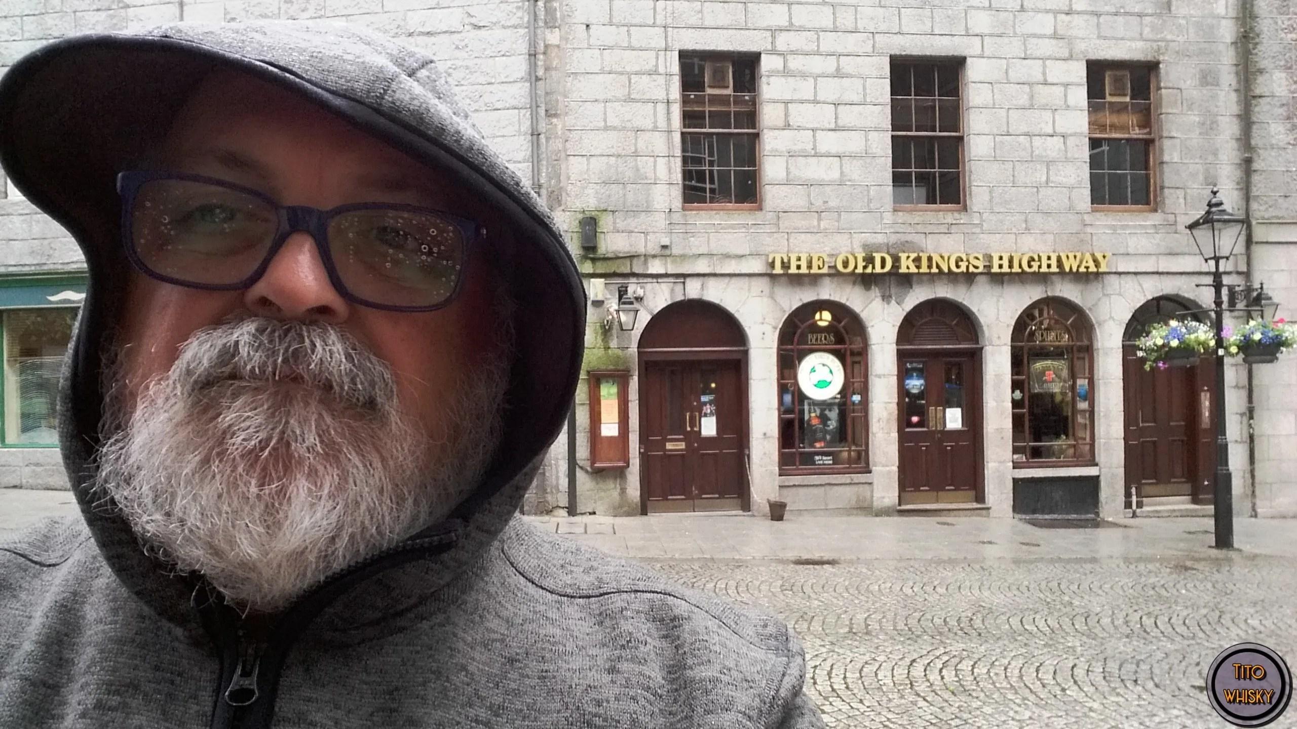 Tito paseando por Aberdeen