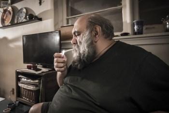 لون هفتوان در منزل و در حال مصاحبه برای مجله تیتر