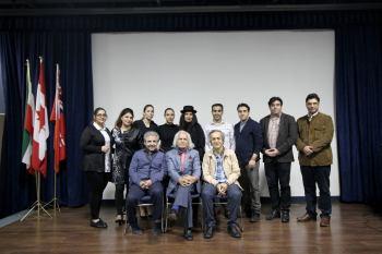 پس از پایان مراسم اعضای گروه هنری موج عکسی به یادگار با دکتر مقصودلو (کارگردان) گرفتند. محمد یعقوبی (نمایشنامه نویس و کارگردان تئاتر) نشسته از راست و آیدا کیخایی (بازیگر و کارگردان) ایستاده با کلاه به عنوان مهمانان برنامه در عکس حضور دارند عکس: رهام