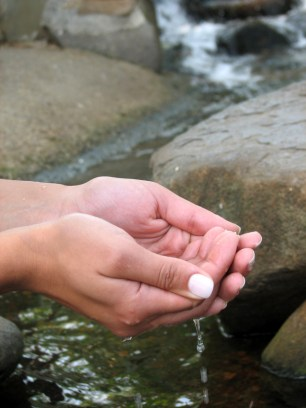 hands-and-water-1314203-639x852