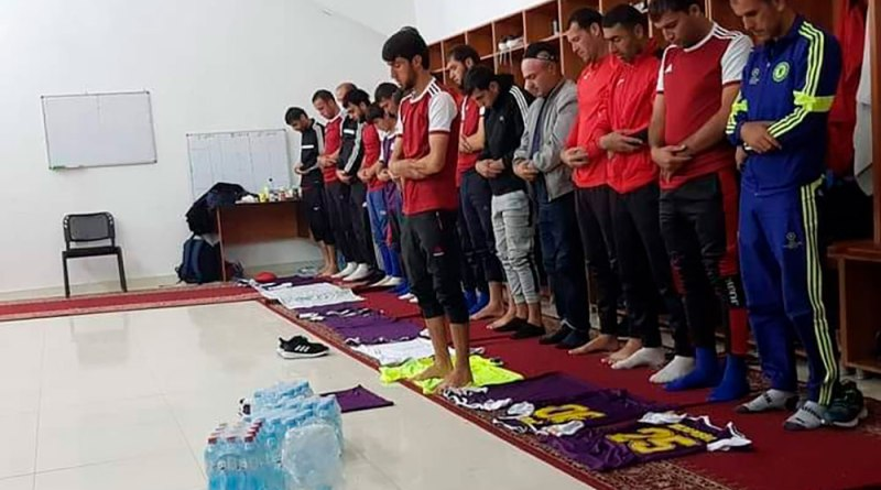 Тоҷикистон: футболбозони Кӯлоб барои намоз бозпурсӣ шуданд