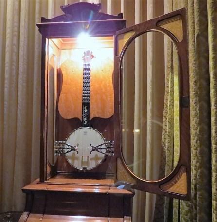 Musical banjo playing machine