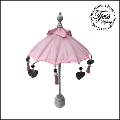 Dit leuke licht roze tafelparasolletje kan binnen en buiten gebruikt worden. Buiten zet je hem op een tafel in je tuin of op je balkon. Naast de leuke sfeer die de roze tafelparasol met zich mee brengt, biedt hij ook nog schaduw voor de drankjes en hapjes op tafel. Een echte win win situatie dus. Binnenshuis staat een roze tafelparasol natuurlijk ook prachtig. Je zet hem op de salontafel, dressoir of op een mooie gedekte tafel. Natuurlijk kan je hem leuk ook combineren met andere roze woonaccessoires.