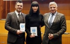 Ο Δήμαρχος Αμαρουσίου Γιώργος Πατούλης βραβεύει την πρωταθλήτρια του τάεκβοντο Ιωάννα Σταυρούλα Δεσύλλα και τον προπονητή της Θόδωρο Ζηνέλη
