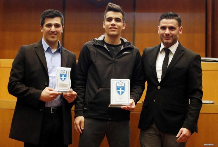 Ο προπονητής της ομοσπονδίας τάεκβοντο Νίκος Θωμαϊδης βραβεύει τον πρωταθλητή του αθλήματος Αργύρη Σοφοτάσιο και τον προπονητή του Γιώργο Σταύρακα