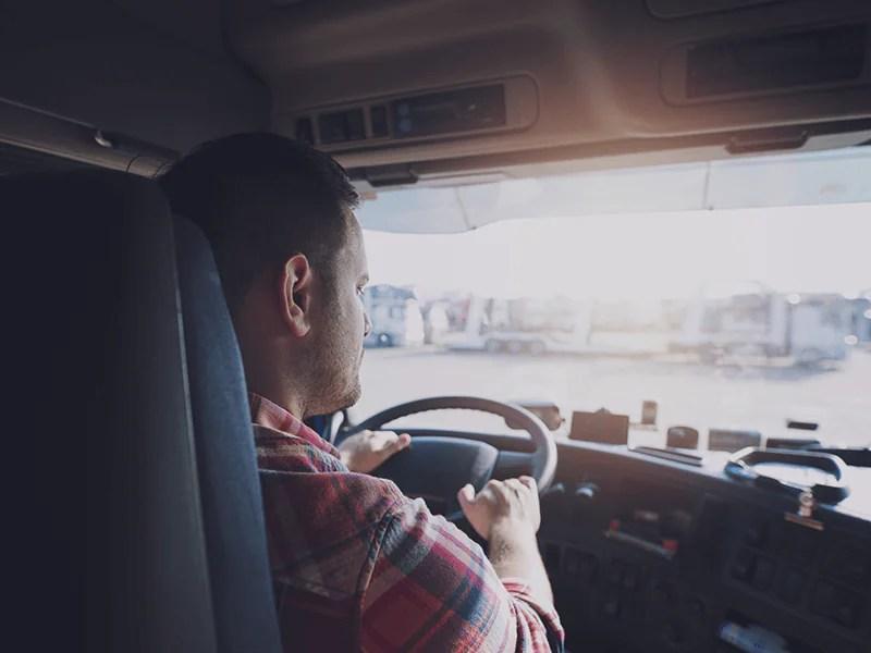 Hombre conduciendo un camión