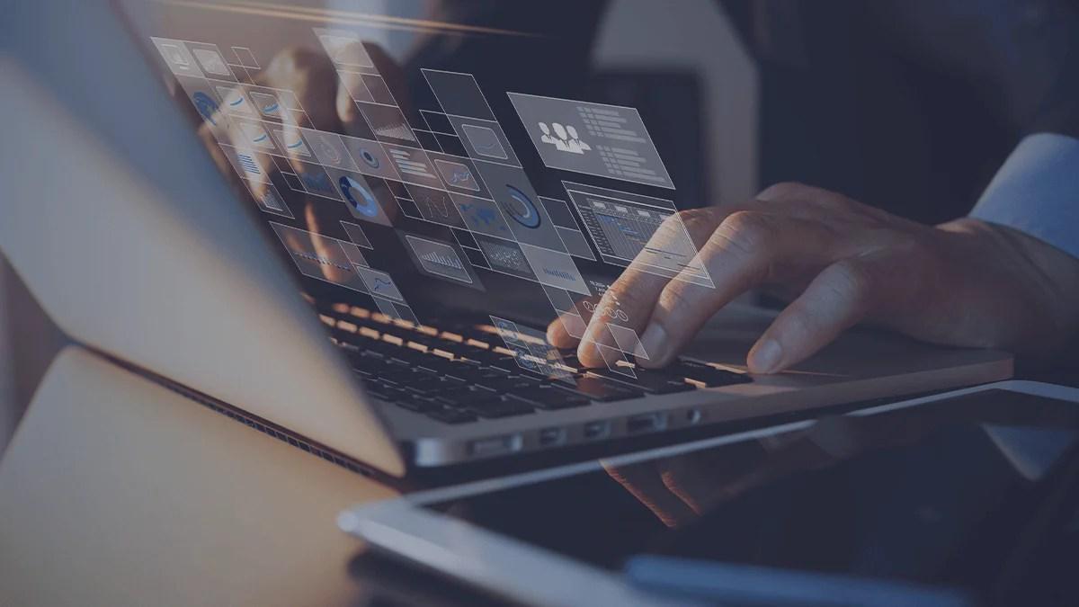Persona escribiendo en una computadora portátil
