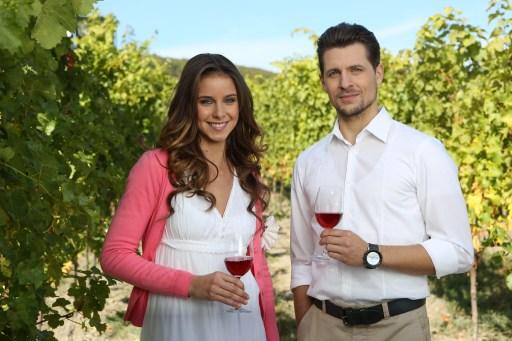 Hlavné postavy seriálu Búrlivé víno - vinohradníčka Nina a lekár Martin.