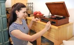 Gramofón Hyundai RT 910 RIP disponuje aj analógovým tunerom s ručičkovým ukazovateľom a manuálnym vyhľadávaním staníc vo vlnových rozsahoch FM/AM.
