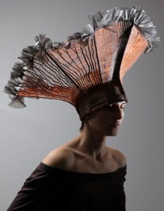 Silvia Fedorová: Medený klobúk. V šperkoch, klobúkoch a objektoch vytvorených technikou paličkovanej čipky a tkania kombinuje medený, mosadzný a strieborný drôt s prírodnými vláknami či plastom.