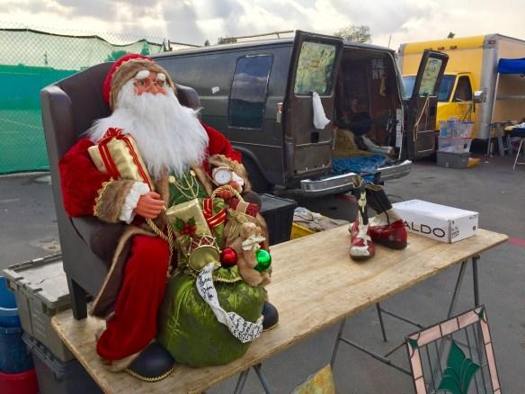 Un Santa Clause desempleado esperando a un comprador en el Swap Meet de Carson, California. Foto: José Fuentes-Salinas