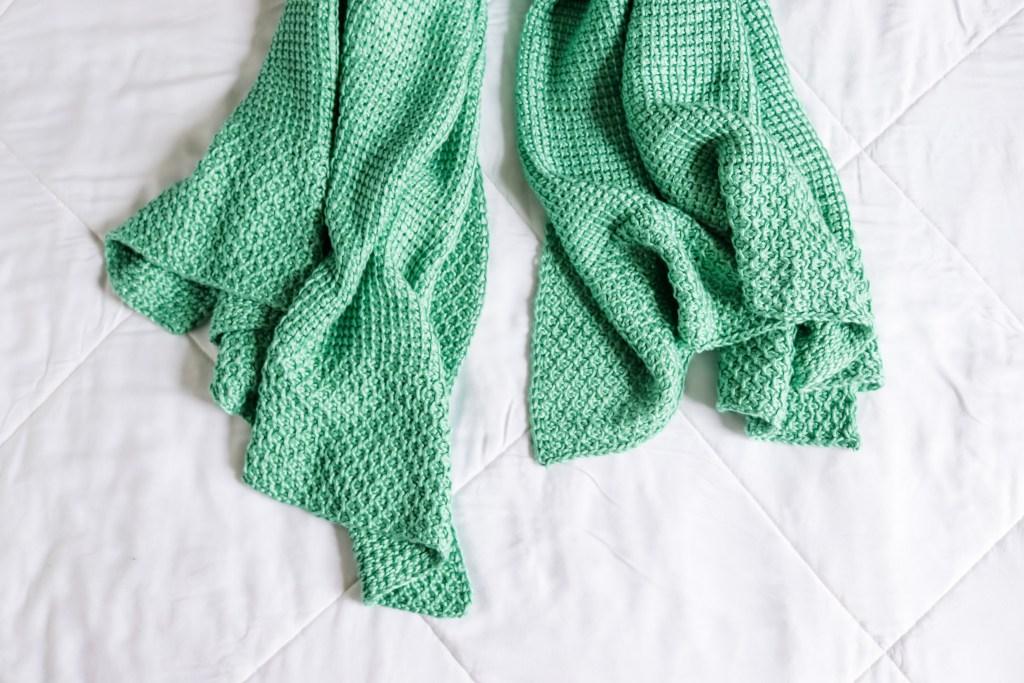 Free crochet baby blanket pattern for beginners. Easy Tunisian crochet baby blanket pattern made with bamboo yarn. Basic Tunisian crochet blanket pattern with helpful videos. Elmore blanket - basic Tunisian crochet blanket with honeycomb edge border. | TLYCBlog.com