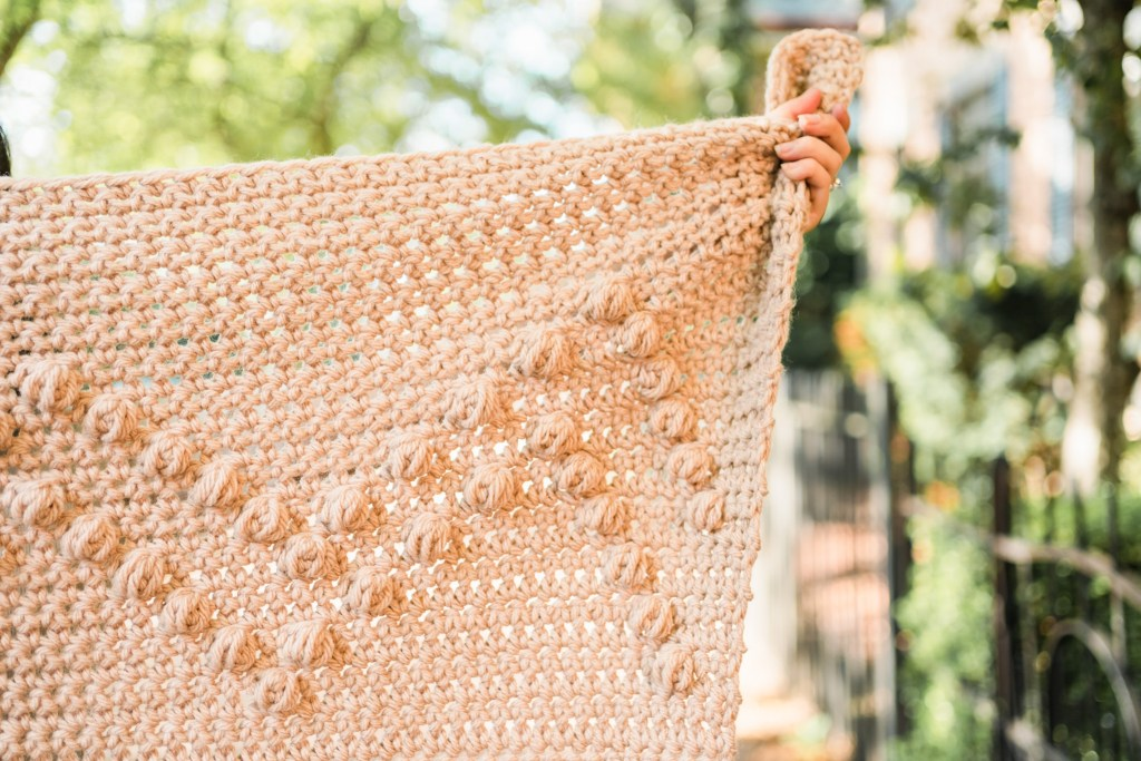 Learn to crochet this easy beginner crochet chunky blanket with the help of a free pattern and tutorial video. Modern throw blanket DIY home decor.