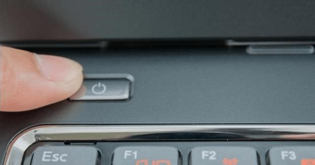 чому ноутбук не включається