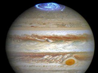 Сяйво на полюсах Юпітера виявилися розсинхронізованим