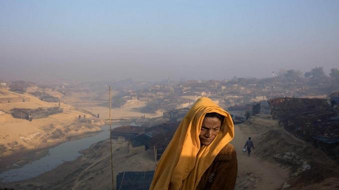 """""""Без будинку та без надії"""" Біжененка стоїть поблизу своєї хати в новозбудованій частині табору Кутупалонг."""