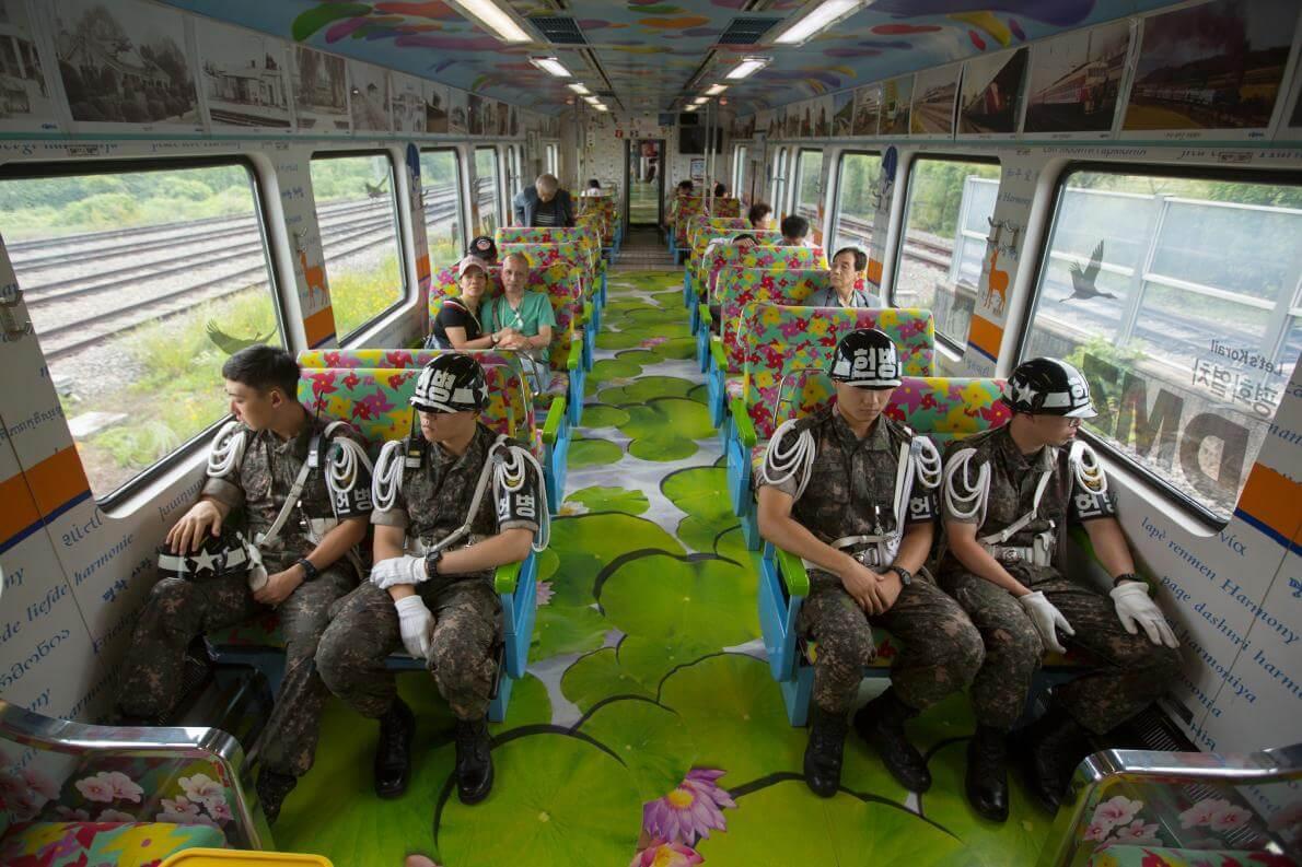 Південнокорейські солдати та туристи.