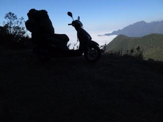 """Lead super carregada no """"no-road"""" acima das nuvens da BR-485. Ao fundo as maiores montanhas da Mantiqueira, no famoso trecho da Serra Fina (SP/MG). Foto: Alexandre Dupont."""