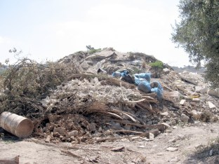 Fig 8. One of the debris heaps that accumulated following the restriction of the court ruling from 2004. (photo: Zachi Dvira)
