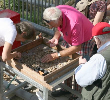 sifting in action - volunteers