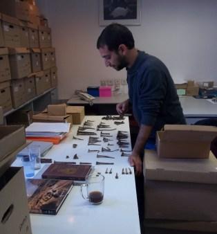 גל זגדון ממיין מסמרי ברזל עתיקים במעבדה