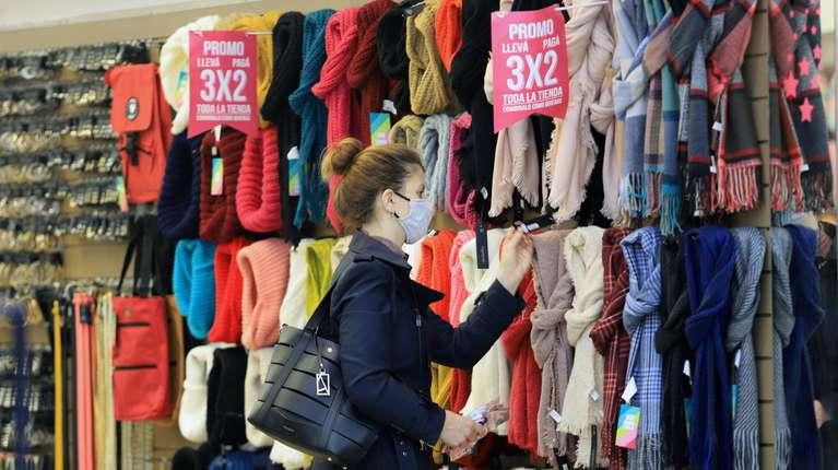 El sector textil sufre trabas al ingreso de prendas terminadas, pero también de telas para confección local. (Foto: Damián Dopacio/NA)