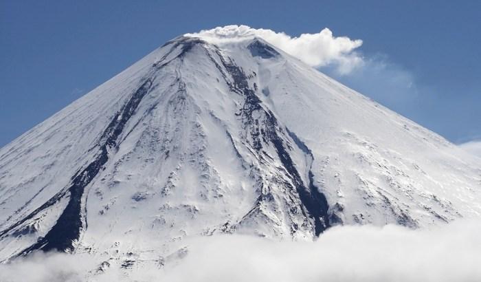 Камчатка, Ключевская сопка, самый известный действующий вулкан в России. Высота 4850 метров.