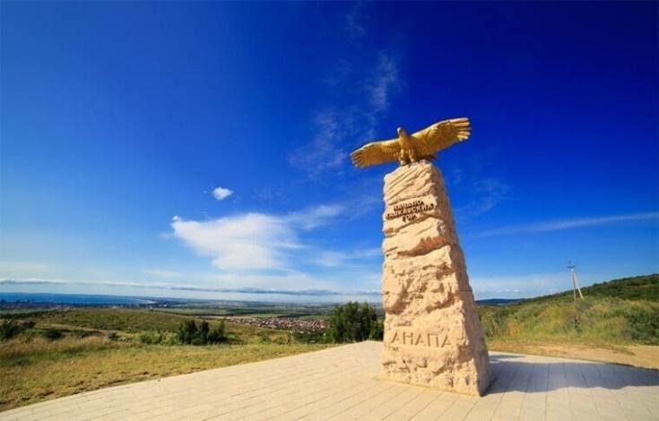 15. Памятник стела «Парящий орел»