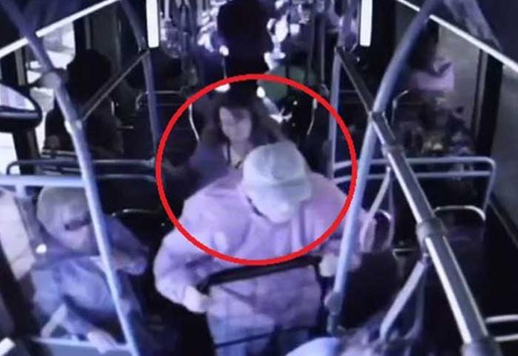Anciano Muere Al Ser Lanzado Desde Un Bus En Estados Unidos