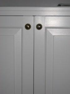 Bokhylla vitmålad dörrar