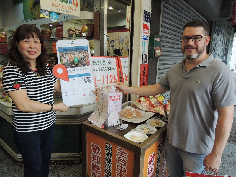 Store in central Taiwan awards uniform invoic      Taiwan News A sun cake vendor in central Taiwan s city of Taichung gives away a sun  cake to