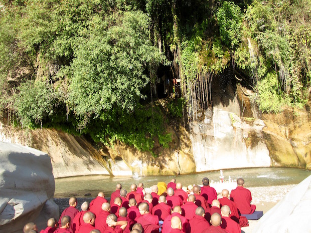 Tibetan nuns puja opposite cave of Tilopa