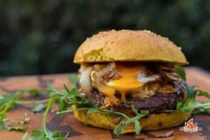 Dry Aged Burger mit Cornflakes Käse und Spiegelei