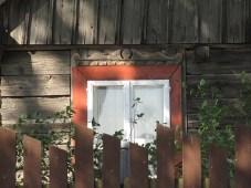 W tym domu mieszkał sympatyczny starszy pan.