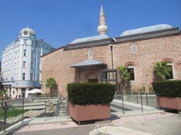 Meczet. Przed meczetem wykopaliska z odsłoniętymi fragmentami areny do wyścigów konnych. Na pierwszym planie fragment makiety tejże areny