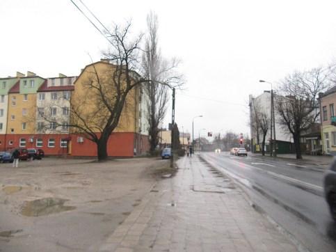 Główna ulica w mieście. Klepisko po wyburzonych domach. I tak jest od 20 lat