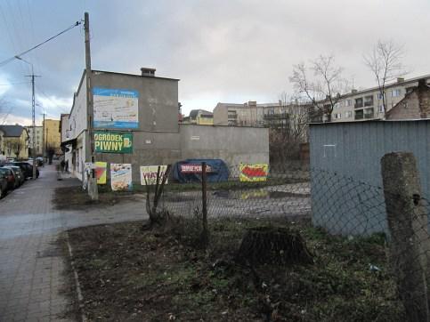 Narożnik jednej z głównych ulic. Blaszane garaże i błoto