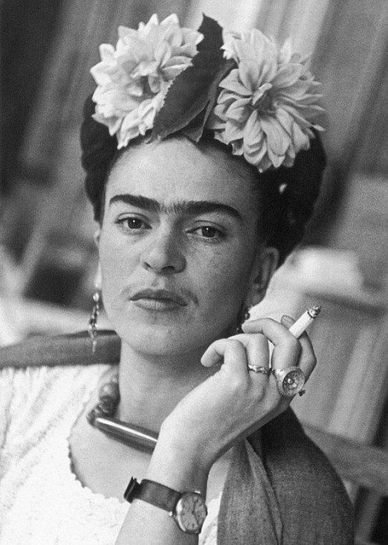 Фрида Кало\  Frida Kahlo Выдающаяся мексиканская художница, работала в жанре фолк-арт, картины Фриды Кало на сегодняшний день стоят миллионы долларов. В 30-х годах прошлого века была любовницей Льва Троцкого.