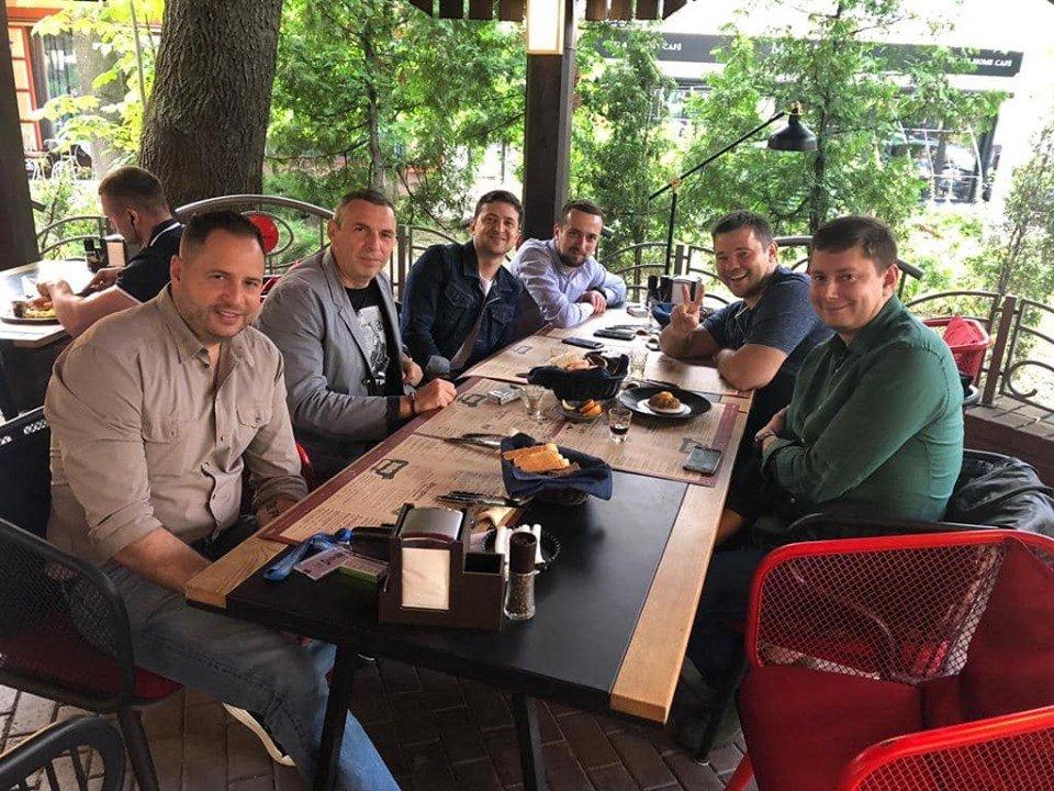 Президент украины Владимир зеленский отпраздновал день конституции Украины в пивбаре\ фото - Зеленский