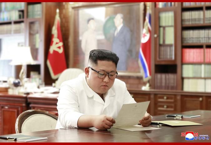 Ким Чен Ын читает письмо Дональда Трампа\ фото - ЦТАК