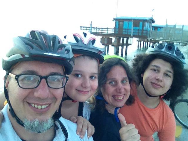 La nostra famiglia porta sempre il casco quando va in bici perché è il cervello che ci rende speciali, e va protetto