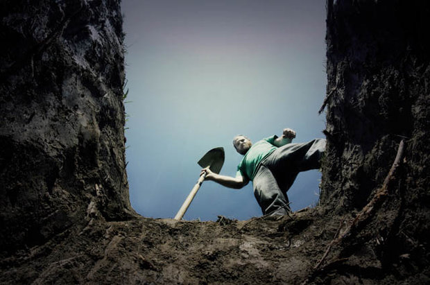 Grave-falling-745971