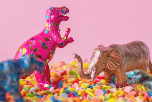 dinosaurio rosa con confeti