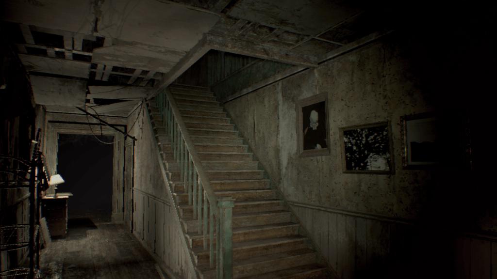 Escaleras en penumbra de la casa de los baker