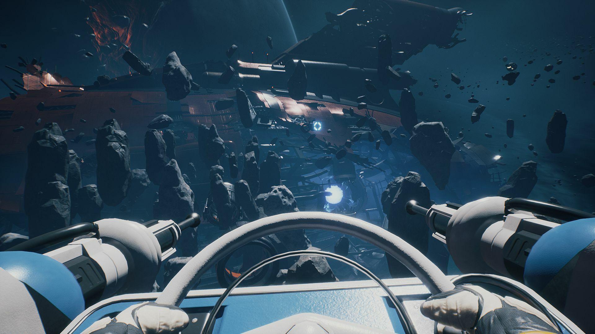 Imagen de una nave con un boquete enorme. Entre jugadore y nave, hay un campo de asteroides