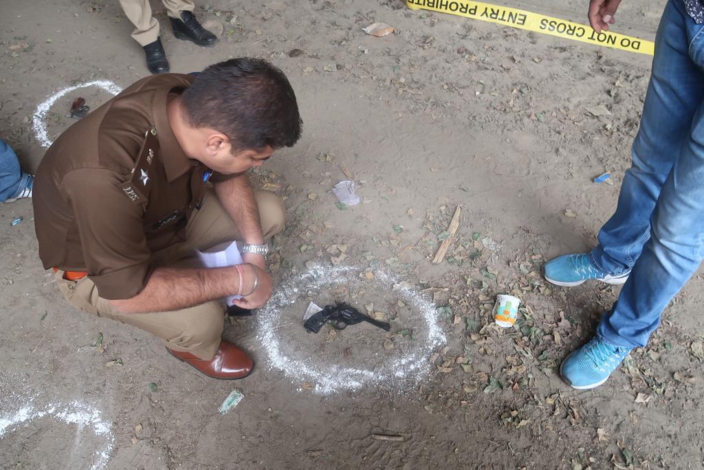 नॉएडा पुलिस और बदमाशों के बीच मुठभेड़, दो बदमाश गोली लगने से घायल, जिसमें एक पर 25 हजार का इनाम घोषित।